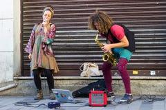 Istanbul, Istiklal-Stra?e/die T?rkei 9 5 2019: Straßen-Musiker, die ihre Show, Saxophon-Künstler in der Istiklal-Straße durchführ lizenzfreie stockbilder