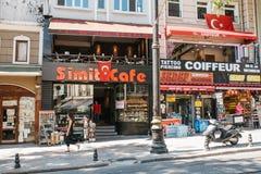 Istanbul, am 16. Juni 2017: Ein populäres Straßencafé im europäischen Stadtteil ommunication von Leuten, Freunde treffend Stockfotos