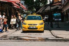 Istanbul Juni 16, 2017: Gul taxitaxi i shoppingområdet Royaltyfri Fotografi