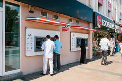 Istanbul Juni 11, 2017: Lokalinvånare återtar pengar från en ATM i Istanbul, Turkiet Se mina andra arbeten i portfölj rutin dagli Arkivbilder