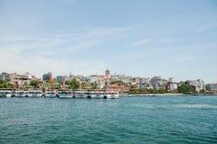 Istanbul Juni 17, 2017: Många passagerarfärjor eller passagerarefartyg är av kusten i bakgrunden där är Arkivbild
