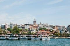 Istanbul Juni 17, 2017: Många passagerarfärjor eller passagerarefartyg är av kusten i bakgrunden där är Fotografering för Bildbyråer