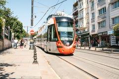 Istanbul, am 15. Juni 2017: Moderner türkischer overground Metrozug oder -tram Stockfotos