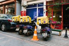 Istanbul Juni 14, 2017: Parkerade tre varit nedstämd med bagageställningen bredvid bilar på gatorna av Istanbul Arkivfoto
