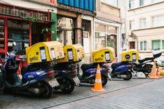 Istanbul Juni 14, 2017: Parkerade tre varit nedstämd med bagageställningen bredvid bilar på gatorna av Istanbul Fotografering för Bildbyråer