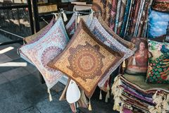 Istanbul Juni 14, 2017: Sale av handgjorda kuddar för att sova och bönemattor i ett gatalager under Ramadan Fotografering för Bildbyråer