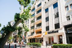 Istanbul Juni 17, 2017: Stadsgatan med en bankbyggnad och shoppar Folket går ner gatan Vanligt stadsliv Royaltyfria Bilder