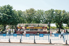 Istanbul Juni 15, 2017: Turist- sightbuss som upp väljer passagerare på stoppet på den Sultanahmet fyrkanten royaltyfri foto