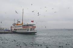 istanbul kadikoy Mgłowy ranek, czeka przewozić pasażerów Zdjęcia Stock