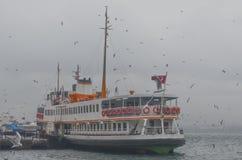 istanbul kadikoy Mgłowy ranek, czeka przewozić pasażerów Obrazy Royalty Free