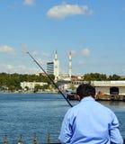Istanbul, Kadikoy-Pier Protokoll Haydarpasa-Moschee im backgr Lizenzfreie Stockbilder