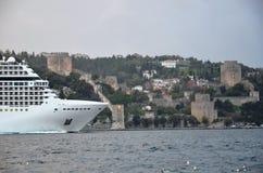 Istanbul kanal och grekiskt kryssningskepp för jätte Royaltyfri Fotografi