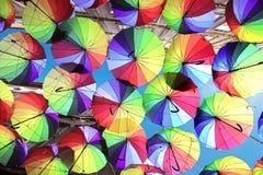 Istanbul, Karakoy/die Türkei - 04 04 2019: Bunte Regenschirme verzierten Spitze der Karakoy-Straße im Istanbul, Straßen-Dekora lizenzfreie stockfotos