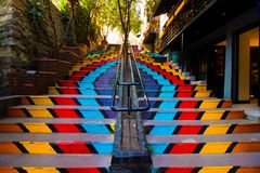 Istanbul Karakoy/Turkiet 04 04 2019: Färgrik trappa, Street Art och livbegrepp royaltyfri foto
