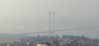 Istanbul-Kehlschwierigkeiten setzen Fahrt im Nebel über Stockbilder