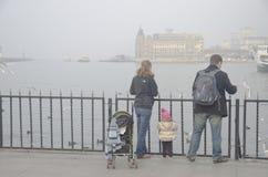 Istanbul-Kehlschwierigkeiten setzen Fahrt im Nebel über Stockfotos