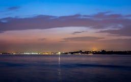 Istanbul kust på natten arkivbild