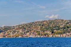 Istanbul kust- Sariyer Arkivbild