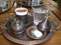 Istanbul le bazar que grand apprécient également le café, tasse authentique dans le service était grand photographie stock libre de droits