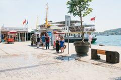 Istanbul, le 17 juin 2017 : Deux amies ont rencontré et se montrent quelque chose au téléphone portable Les personnes voisines so Photographie stock