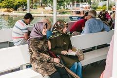 Istanbul, le 17 juin 2017 : Deux soldats amicaux de jeunes femmes dans des uniformes de camouflage naviguant sur un bateau de fer Photos stock