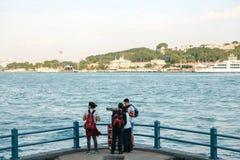 Istanbul, le 15 juin 2017 : Les amis des voyageurs se tiennent sur la plate-forme d'observation sous le pont de Galata et regarde Image libre de droits
