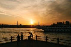 Istanbul, le 15 juin 2017 : Les amis des voyageurs se tiennent sur la plate-forme d'observation sous le pont de Galata et regarde Images libres de droits