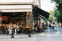 Istanbul, le 14 juin 2017 : Un café populaire de rue dans la partie asiatique d'Istanbul dans le secteur de Kadikoy La Turquie li Image stock
