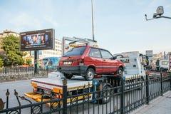 Istanbul, le 15 juin 2017 : Une machine spéciale de transport évacue une autre voiture garée dans un endroit interdit Route photographie stock