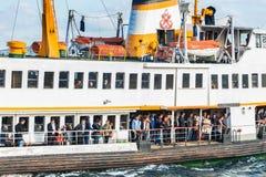 Istanbul Leute erhalten an Bord des Schiffs an Karakoy-Pier lizenzfreie stockfotos