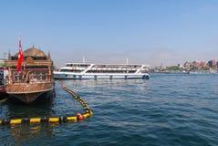 Istanbul-mai 1,2018 le pêcheur amateur sur des lignes de pilier et de ville transportent en bac les passagers de transport en Asi Images stock