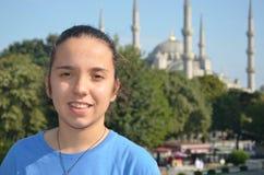 Istanbul med en sikt till den unga brautifullflickan för selfie Royaltyfri Bild