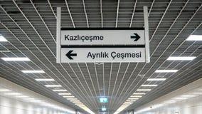 Istanbul-Metro unterzeichnet das Zeigen von Weisen zu Stationen Kazlicesme und Ayrilik Cesmesi Lizenzfreies Stockfoto