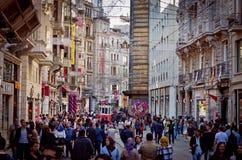 Istanbul nostalgiska spårvägar på den Istiklal avenyn i Istanbul, Turke Royaltyfri Foto