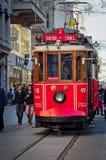 Istanbul nostalgiska spårvägar på den Istiklal avenyn i Istanbul, Turke Arkivfoton