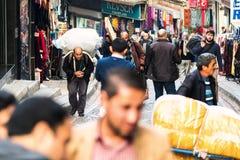 ISTANBUL - NOV., 20: Tragende Waren des Lieferers auf dem Weg zum Th Stockfoto