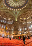 ISTANBUL - 20. NOVEMBER: Innenraum der blauen Moschee in Istanbul. Nove Stockfotografie