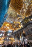 ISTANBUL - NOVEMBER 20: TuristbesökHagia Sophia museum, renovatio Royaltyfri Bild