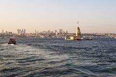Istanbul på solnedgången med jungfrus torn i förgrunden Arkivbilder