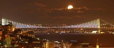 Istanbul sight vid natt: Bosporus bro Arkivbilder
