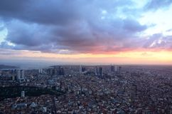 Istanbul-Sonnenuntergangansichten von der Spitze eines Wolkenkratzers Lizenzfreies Stockfoto