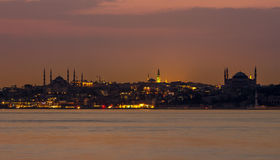 Istanbul stad på nattbilden arkivfoton