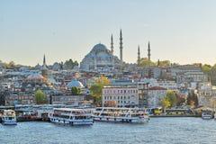 Istanbul-Stadtansicht von Galata-Brücke, die das goldene Horn mit Fährhafen Eminonu Turyol und Suleymaniye-Moschee übersieht Stockbilder