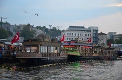 ISTANBUL/TURKEY - 2018年5月10日:在Bosfor堤防的美丽的小船在从加拉塔桥梁的伊斯坦布尔 免版税库存照片