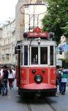 ISTANBUL TURKEY-JUNE 7: En historisk röd spårvagn framme av den Galatasaray högstadiet på det sydliga slutet av den istiklal aven Fotografering för Bildbyråer