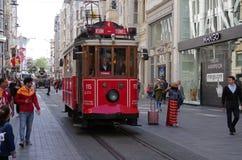 """Istanbul Turkiet †""""April 29, 2018: Historiska spårvagnritter längs den Istiklal gatan under dag arkivbild"""