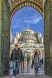 Istanbul Turkiet/April 1, 2016 - kvinnan går till och med dörrar av den blåa moskén arkivbild