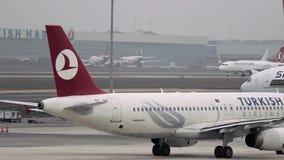 Istanbul - TURKIET Ataturk flygplats 14 November 2014 - flygplanet är på landningsbana stock video