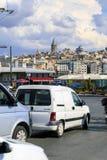 ISTANBUL TURKIET - AUGUSTI 24,2015: bilar med det Galata tornet i bakgrund Arkivfoto