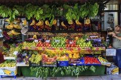ISTANBUL TURKIET, AUGUSTI 24, 2015: Frukter shoppar, marknadsplatsen Arkivfoton